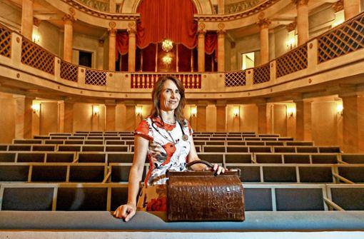 Antje Lätzer im Schlosstheater, ihrem liebsten Einsatzort. Nur  ihr Koffer, ein Erbstück, verrät, dass sie Ärztin ist. Foto: factum/Granville