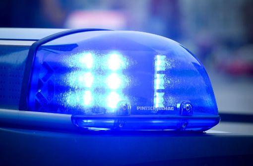 Polizist klammert sich an Motorhaube eines Fluchtautos fest