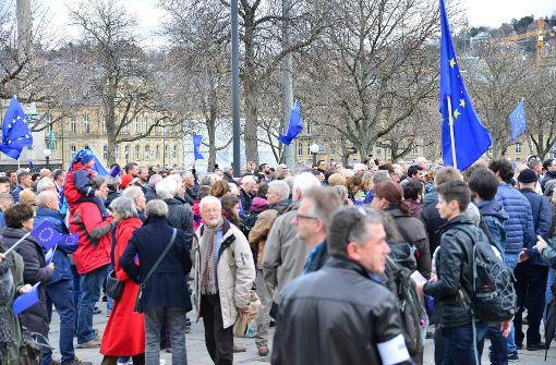 Laut den Veranstaltern nahmen am Sonntag mindestens 1000 Menschen an der Pulse-of Europe-Kundgebung auf dem Schlossplatz teil. Foto: 7aktuell