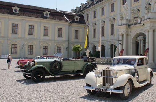 Schicke Oldtimer parken im Ludwigsburger Schlosshof