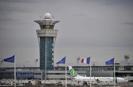 Mann entdeckt Geld am Pariser Flughafen – und greift zu