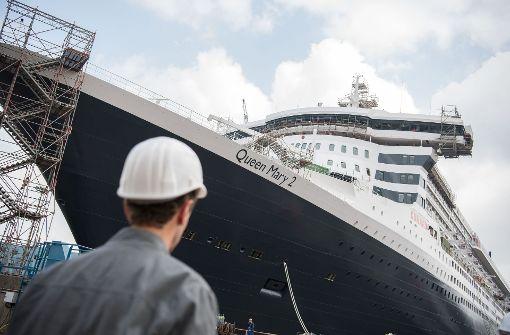 """Das riesige Luxus-Kreuzfahrtschiff """"Queen Mary 2"""" hat für rund 50 Millionen Euro eine Schönheitskur verpasst bekommen (Archivbild). Foto: dpa"""