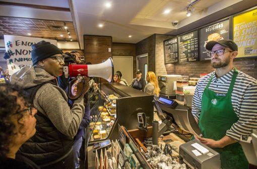 Proteste nach Festnahme von Schwarzen in Starbucks-Filiale