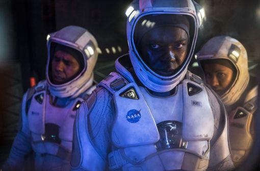 """Das Personal der Raumstation in """"The Cloverfield Paradox"""" hat entschieden mehr Probleme als Lösungen: von links John Ortiz, David Oyelowo und Gugu Mbatha-Raw. Foto: Scott Garfield/Netflix"""
