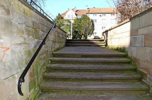 Eine steile Treppe führt von der Großglocknerstraße zum Alten Friedhof. Am oberen Absatz fehlt ein Geländer. Foto: Mathias Kuhn
