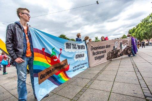 Rund 250 Teilnehmer mit Regenbogenfahnen und -luftballons, Symbole der Schwulen- und Lesbenbewegung, haben sich am Stuttgarter Schlossplatz versammelt, um gegen die Demo für alle der Bildungsplangegner zu demonstrieren. Foto: www.7aktuell.de | Robert Dyhringer