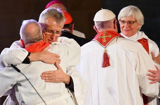 Papst Franziskus (2.v.r) umarmt die schwedische Erzbischöfin Antje  Jackelen während der gemeinsamen Zeremonie. Foto: dpa