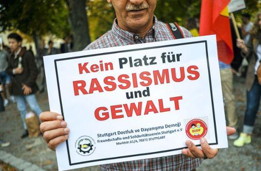 Auf dem Karlsplatz stellt sich ein breites Bündnis aus Politik, Verbänden und Künstlern gegen Rassismus und Fremdenfeindlichkeit. Foto: Lichtgut/Leif Piechowski