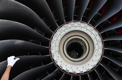 80-Jährige wirft Münze in Flugzeugtriebwerk