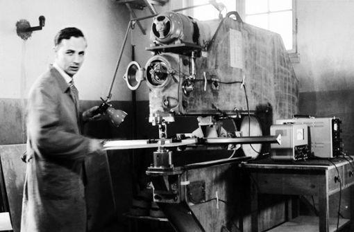 Leibinger in jungen Jahren an einer seiner Maschinen. Foto: Archiv
