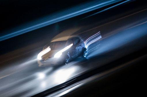 Ein Auto rast am 4. Dezember 2017 in Frankfurt am Main die A661 nach Einbruch der Dunkelheit entlang (Aufnahme mit Langzeitbelichtung und Mitzieheffekt). Foto: dpa