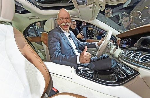 Daumen hoch: Daimler-Chef Dieter Zetsche geht nach dem Rekordjahr 2015 davon aus, den Gewinn auch 2016 noch leicht steigern zu können Foto: dpa