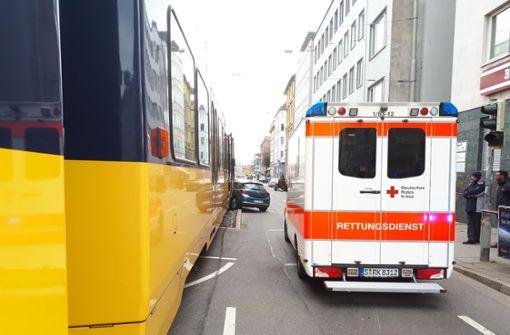 Zwei Personen sind bei dem Zusammenstoß verletzt worden, der Fahrer des Autos erlitt schwere Verletzungen. Foto: 7aktuell.de/Jens Pusch