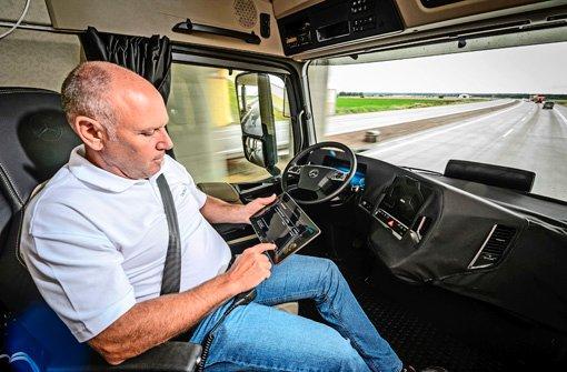Das  Führerhaus wandelt sich so zum rollenden Büro: Lkw-Fahrer Hans kann kann auf der Fahrt im Internet surfen Foto: Daimler