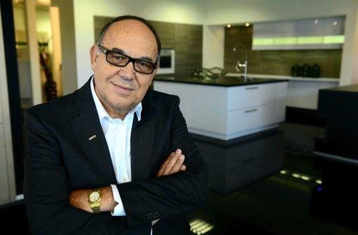 Alno-Chef Max Müller steht vor einer Küche namens Alnovetrina aus seinem Haus – 2013 möchte er mit dem Pfullendorfer Unternehmen wieder schwarze Zahlen schreiben. Foto: Alno