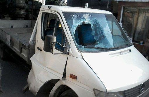 In diesem Transporter saß Eman Hamad mit ihrem Vater, einer ihrer Schwestern und zwei ihrer Brüder, als die Bombe neben dem Fahrzeug einschlug und Splitter ihr rechtes Bein komplett zerfetzten. Und genau dieses Fahrzeug benutzten ihre Brüder, um die lebensgefährlich Verletzte ins nächste Krankenhaus zu fahren. Foto: Eman Hamad