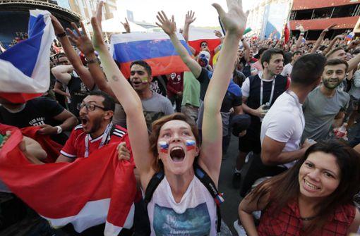 Diese russischen Fans feiern ausgelassen den Auftaktsieg. Beim Autokorso gab es einen Fall von Tierquälerei. Foto: AP