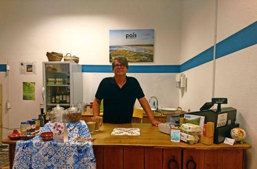 Matthias Kästner verkauft in  seinem Geschäft Pois faires Obst und Gemüse aus Portugal. Foto: Björn Springorum