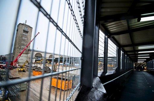 Vom Steg aus haben Passanten den direkten Blick aufs S-21-Baufeld. Foto: Max Kovalenko