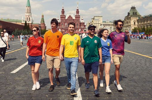 Fans verkleiden sich als Regenbogen