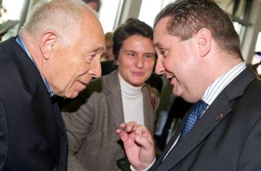 Heiner Geißler (li.) spricht am Rande der Schlichtung mit Ministerpräsident Stefan Mappus. Umwelt- und Verkehrsministerin Tanja Gönner hört zu. Foto: dpa