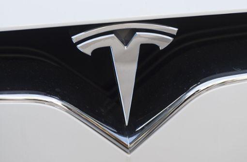 Ein Elektro-Tesla sorgt in einem Youtube-Video aktuell für Aufsehen: Während der CES in Las Vegas fährt das Model S einen Roboter auf der Straße um. Foto: AFP
