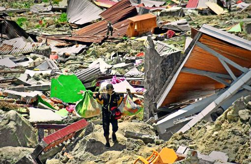 Mehr als 1200 Menschen sterben durch Erdbeben und Tsunami