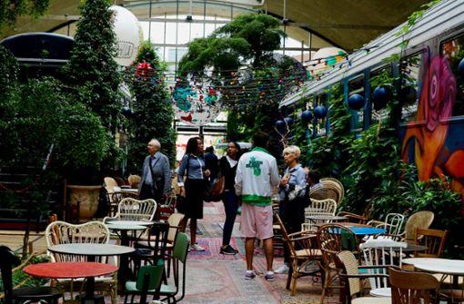 Das La Felicità in Paris ist so ganz anders als andere Pariser Restaurants: überall stehen Tische und Stühle, überall wird gegessen. Foto: Veiel