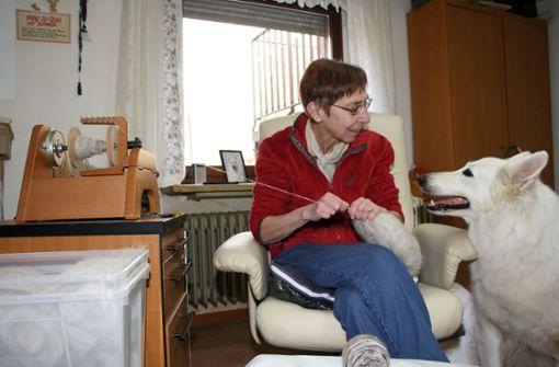 Diese Frau spinnt Wolle aus Hundehaaren