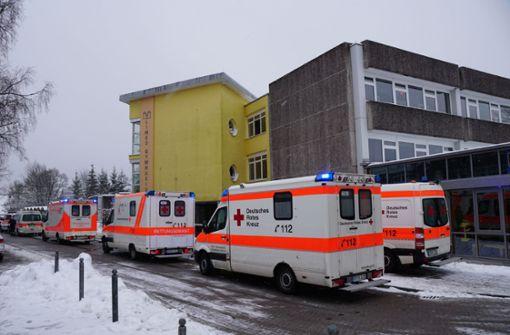 Rettungskräfte kümmerten sich um die verletzten Schüler. Foto: SDMG