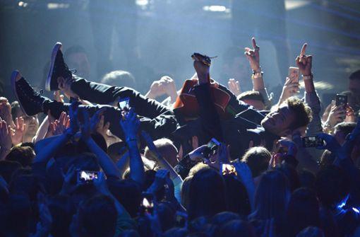 Der klampfende Moderator Luke Mockridge wird auf Händen – und auf Handys – getragen: Danach gehröte die Bühne vor allem den Hip-Hoppern. Foto: Getty