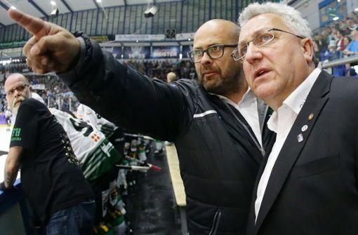 Da geht's lang: Steelers-Geschäftsführer Volker Schoch (li./mit Clubchef Hans-Günther Neumann) kennt den Weg in die Deutsche Eishockey-Liga. Foto: Baumann
