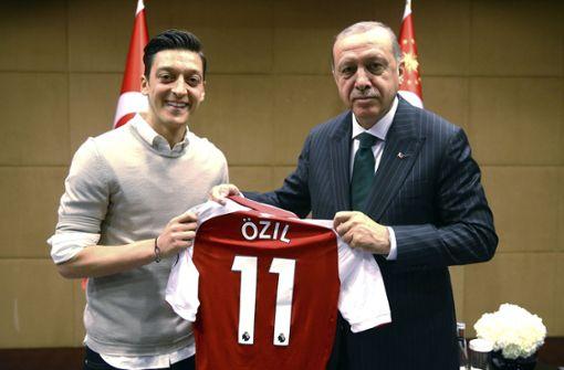 Auslöser der Kritik an Mesut Özil ist dieses Foto, das ihn mit dem umstrittenen türkischen Präsidenten Erdogan zeigt.  Foto: dpa