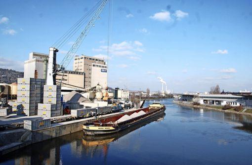 Der Transport von Baustoffen – per Schiff und Zug – trägt seit Jahrzehnten zum guten Umschlag im Hafen bei. Foto: Kuhn