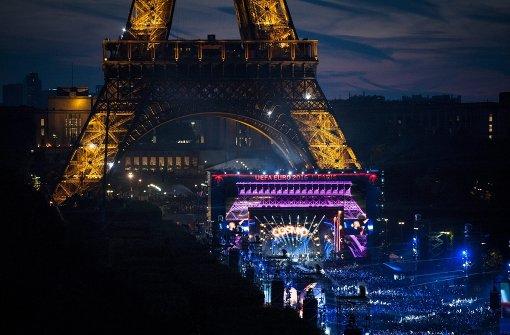 Fans feiern mit David Guetta unter dem Eiffelturm