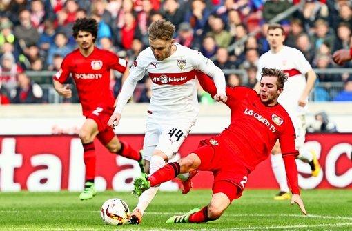 Kein Durchkommen: VfB-Spielmacher Alexandru Maxim (Mitte) gegen Leverkusens Kramer (re.) Foto: Baumann