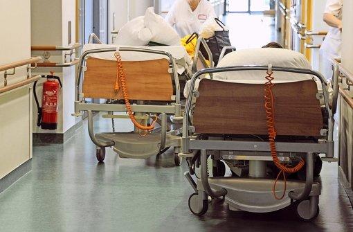 Den Patienten hilft eine Klinik sofort und streckt das Geld für die Behandlung vor. Auf den Ersatz der Kosten von den Krankenkassen muss sie oftmals lange warten Foto: dpa