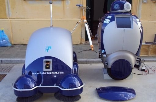 Dustclean (li.) und Dustcart sammeln Müll in schwer zugänglichen Gassen Foto: Networked and Cooperating Robots for Urban Hygiene