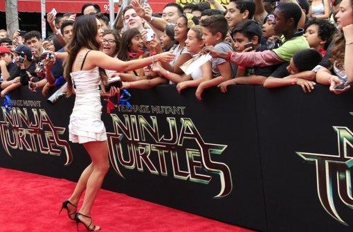 Schauspielerin Megan Fox gibt bei der US-Premiere von Teenage Mutant Ninja Turtles in Los Angeles fleißig Autogramme. Foto: dpa