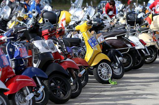 Für viele ist der Roller im Sommer eine Variante zum Auto. Auch in Stuttgart ist das Zweirad ein beliebtes Fortbewegungsmittel geworden – auf das es auch Diebe vermehrt abgesehen haben. (Symbolfoto) Foto: dpa