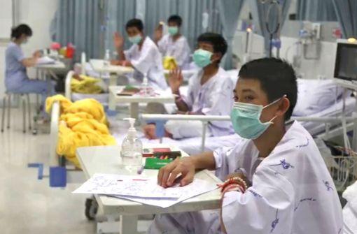 Thailändische Jungen-Fußballmannschaft aus Krankenhaus entlassen