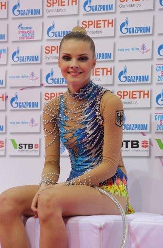 """DIE EMSIGE: Laura Jung ist eine akribische Arbeiterin. Mit ihrem Fleiß hat es die Saarländerin weit gebracht. Nur eine Olympiateilnahme fehlt ihr noch – bei den Weltmeisterschaften in Stuttgart turnt sie um ihre vielleicht letzte Chance dafür. """"Ich werde nicht jünger, man kann den Sport nicht ewig machen"""", erklärt die 20-Jährige. Ihre Trainingspartnerin Jana Berezko-Marggrander sagt über sie: """"Sie ist ein ziemlich witziger Typ, manchmal redet sie zu viel.""""  Foto: Patricia Sigerist"""