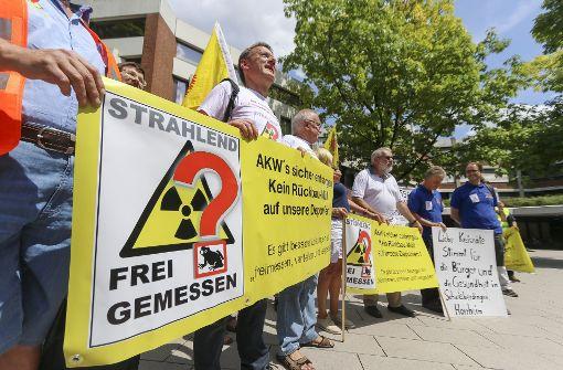Vor dem Kreishaus versammeln sich am Freitag Vertreter der Interessengemeinschaft Deponien Schwieberdingen-Horrheim.  Foto: factum/Granville