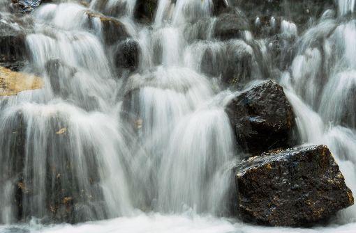 Rentner stürzt bei Wasserfall in die Tiefe