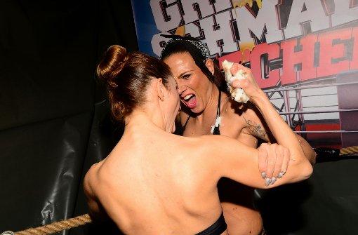 Zwei Frauen duellieren sich und reiben sich dabei mit Griebenschmalz ein. Foto: www.7aktuell.de