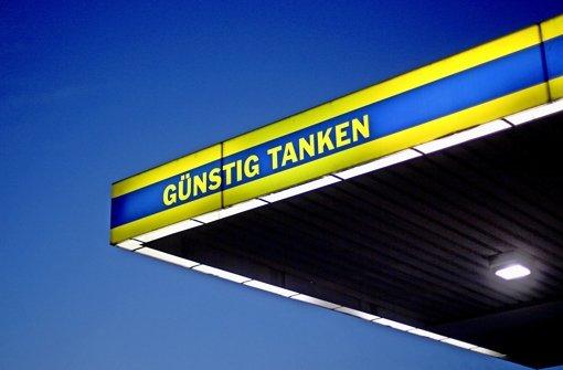 Nicht gerade sehr clever hat sich ein unbekannter Mann bei einem versuchten Überfall auf eine Tankstelle in Leinfelden-Echterdingen angestellt. Foto: dpa/Symbolbild