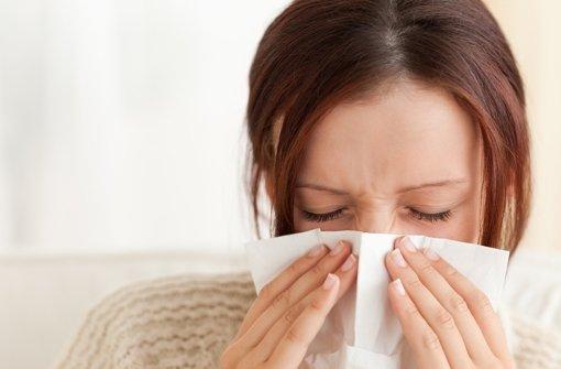 Bei Schnupfen hilft eine Spülung mit Salzwasser - manchmal kann man sich so sogar das Nasenspray sparen. Bei Erkältungen helfen oft schon Hausmittel, um schnell wieder gesund zu werden. Foto: Fotolia