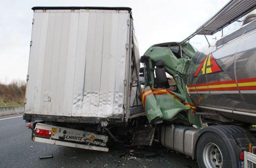 Lastwagenfahrer kracht in Stauende und verletzt sich schwer
