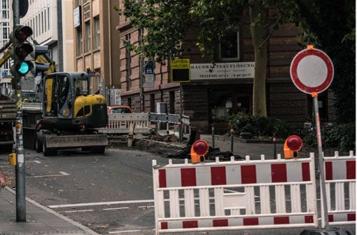 Hier ist derzeit kein Durchkommen: Ein Teilstück der Immenhofer Straße im Stuttgarter Süden ist nach einem Wasserrohrbruch gesperrt worden. Wie lange noch, ist unklar. Foto: Lichtgut/Max Kovalenko