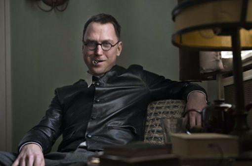 Lars Eidinger spielt Bertolt Brecht als coolen Hund, der gegen die korrupte Kulturindustrie kämpft Foto: SWR / Alexander Kluge